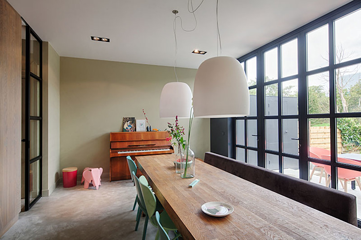 StrandNL architectuur en interieur Comedores de estilo moderno