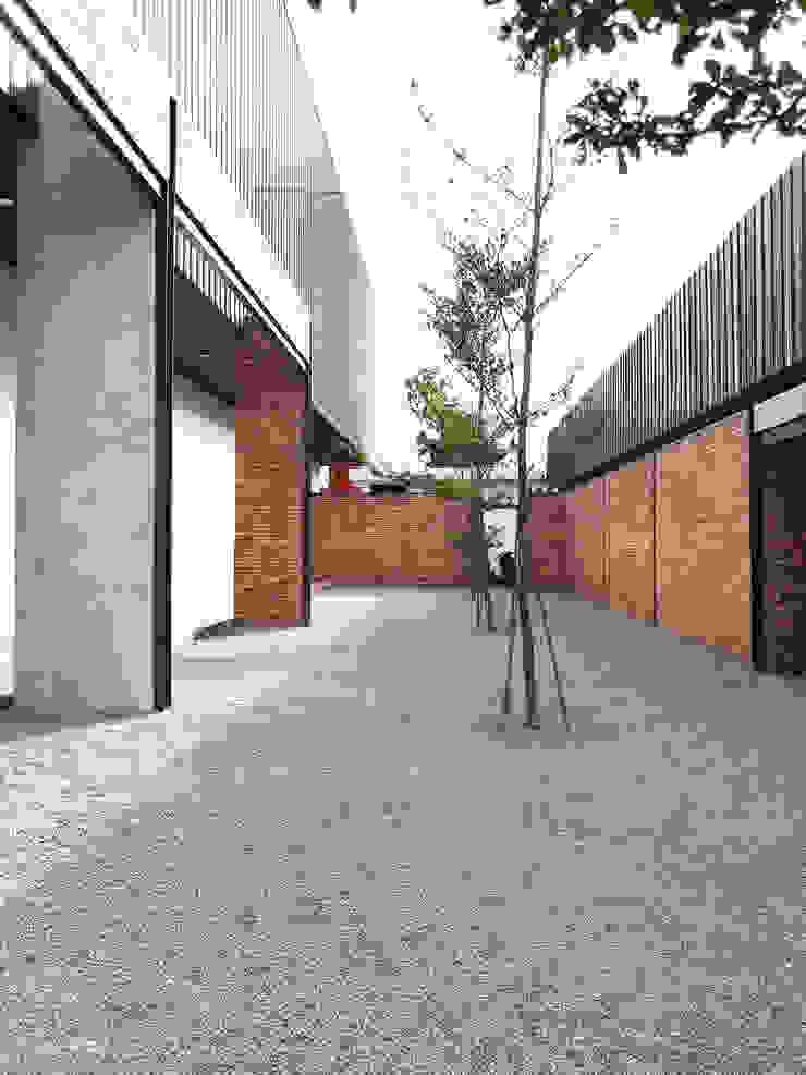 Exterior - After Courtyard Right Wing Pusat Eksibisi Gaya Industrial Oleh PHL Architects Industrial Batu Bata