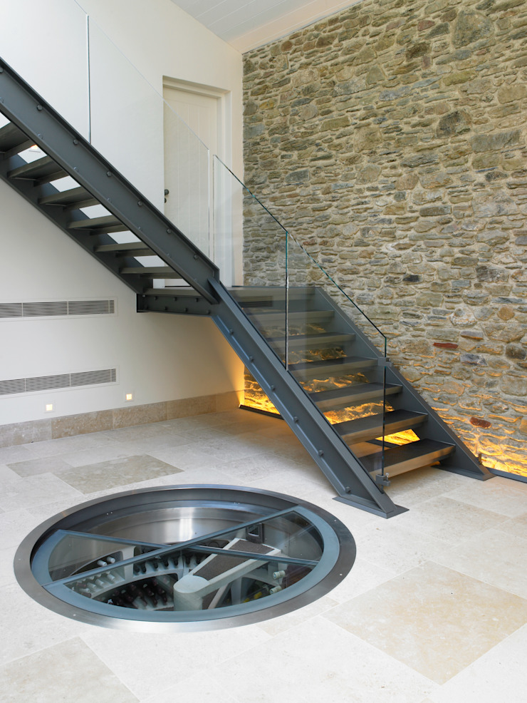 White Spiral Cellar with Retractable glass door Nowoczesna piwnica win od Spiral Cellars Nowoczesny