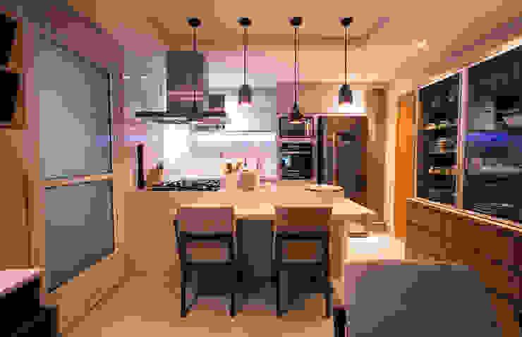 Cozinha integrada INOVAT Arquitetura e interiores Armários e bancadas de cozinha Mármore Cinza