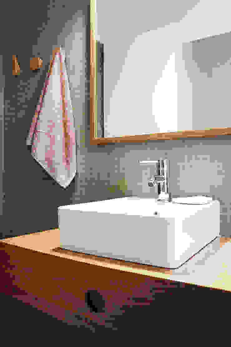 Minimalist bathroom by Qiarq . arquitectura+design Minimalist Ceramic