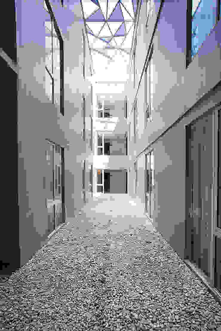 Interior - Central Void Hotel Modern Oleh PHL Architects Modern