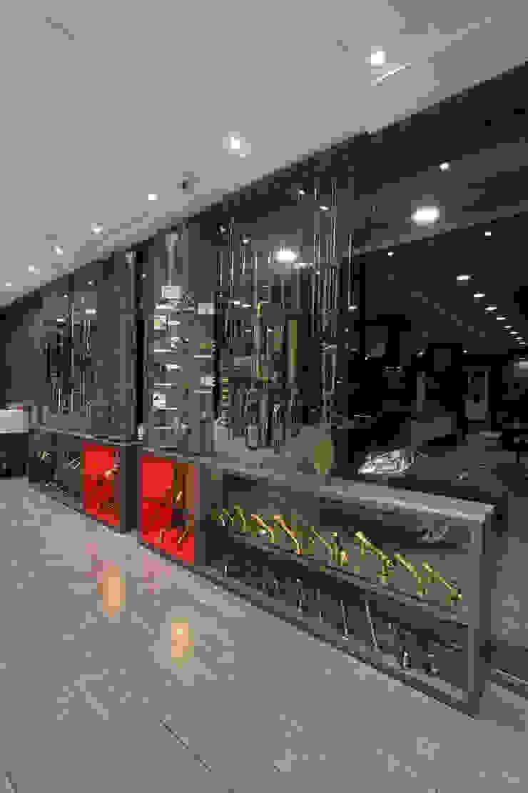 Window display by F.Quad Architecture and Interior Design Studio Modern