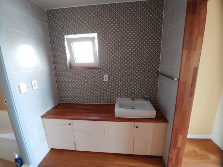 Minimalist style bathroom by 나무집협동조합 Minimalist