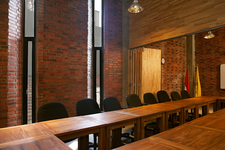 Interior - Meeting Room Bangunan Kantor Gaya Industrial Oleh PHL Architects Industrial