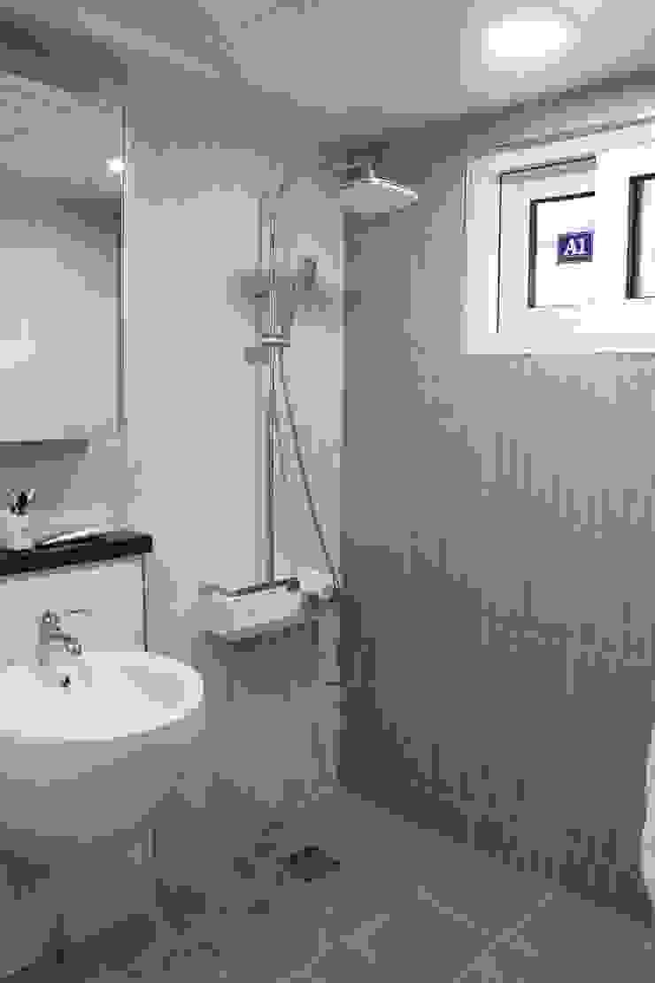 Modern Bathroom by 나무집협동조합 Modern