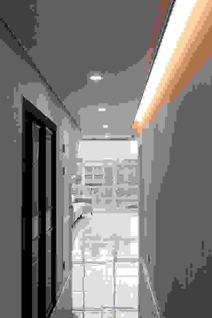Pasillos, vestíbulos y escaleras de estilo moderno de AAG architecten Moderno Aglomerado