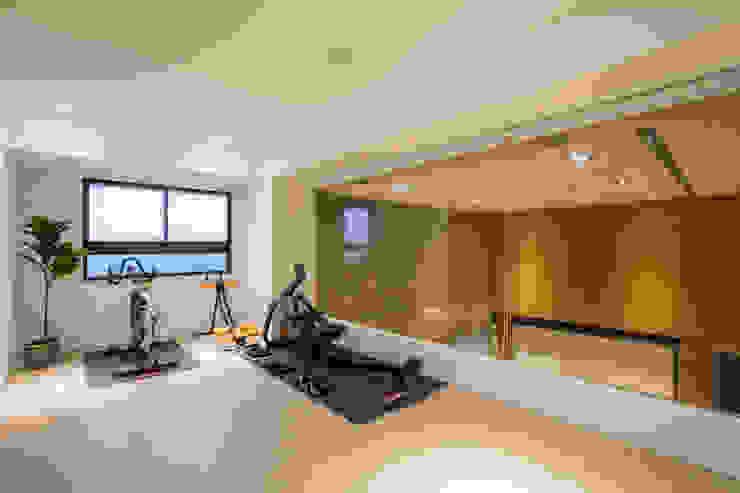 健身房VS客房 Modern gym by 解構室內設計 Modern Wood Wood effect