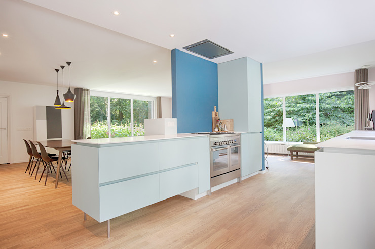 StrandNL architectuur en interieur Modern style kitchen