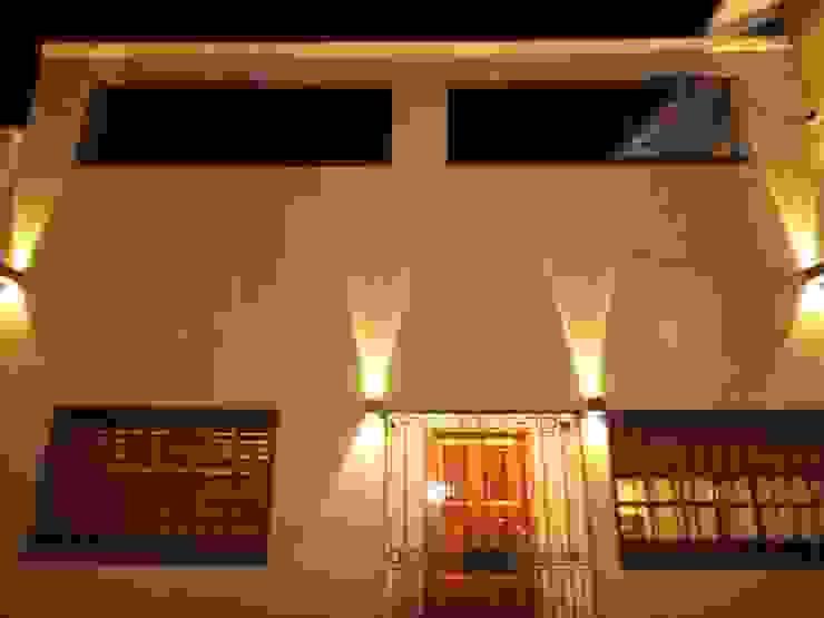 Fachada Noche de GR Arquitectura Moderno Cuarzo