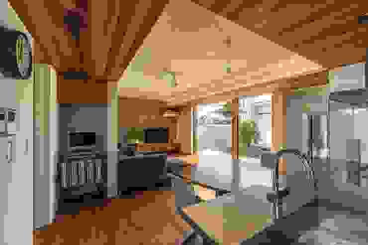 现代客厅設計點子、靈感 & 圖片 根據 WORKS WISE 現代風 磁磚