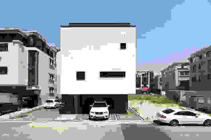 이웃건물을 고려한 열어둘 수 있는 창 만들기-2 by SPACEPRIME ARCHITECTURE 모던