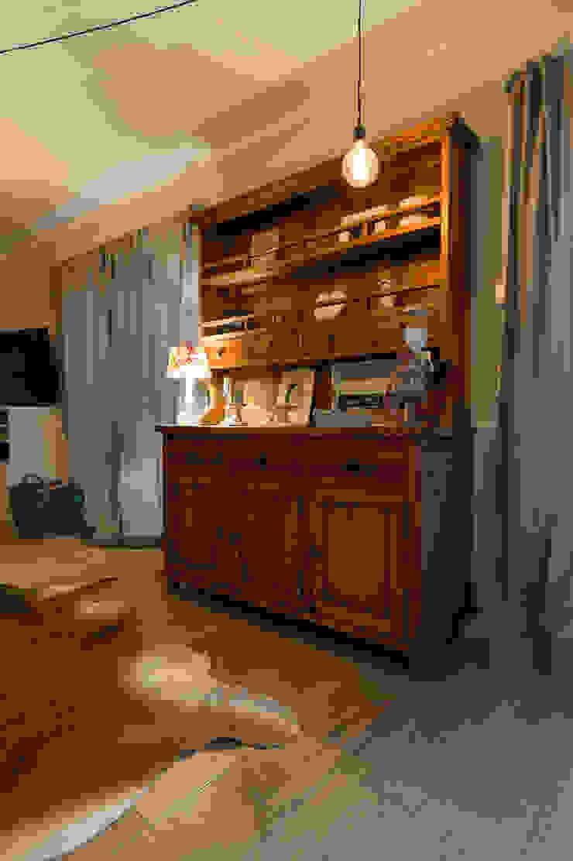 Schöne Holzkomode im Wohnbereich Wohnzimmer im Landhausstil von hysenbergh GmbH | Raumkonzepte Duesseldorf Landhaus