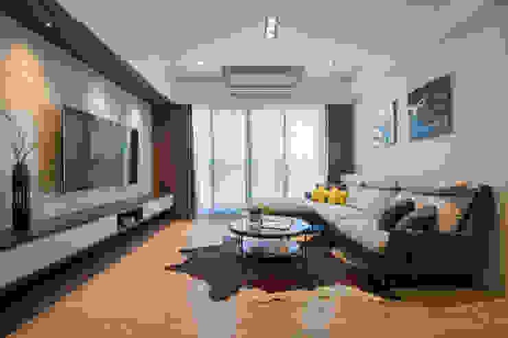 客廳 现代客厅設計點子、靈感 & 圖片 根據 解構室內設計 現代風 塑木複合材料