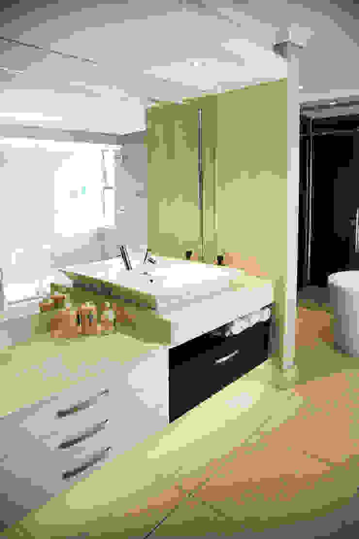 Ebotse Modern bathroom by Plan Créatif Modern