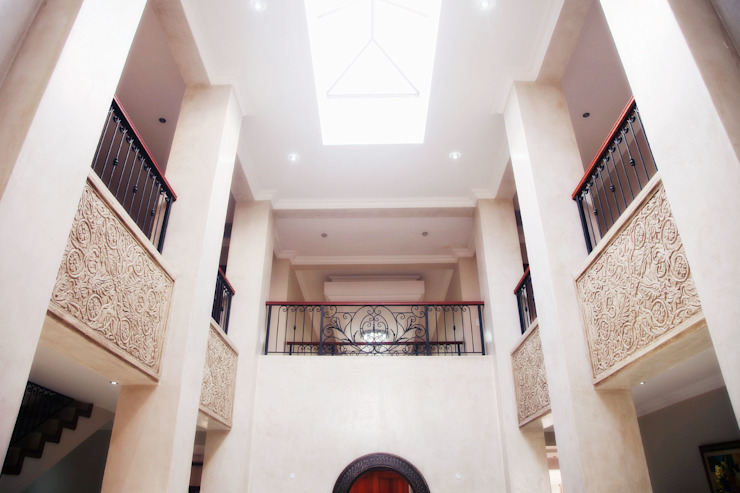 Bluevalley Estate Colonial style corridor, hallway& stairs by Plan Créatif Colonial