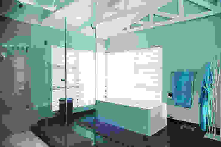 Vaal River Minimal style Bathroom by Plan Créatif Minimalist
