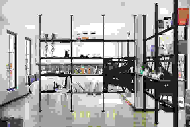 Giostra Soggiorno minimalista di Damiano Latini srl Minimalista Alluminio / Zinco