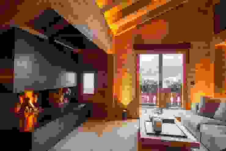 Wohnbereich mit Cheminee Rustikale Wohnzimmer von RH-Design Innenausbau, Möbel und Küchenbau Aarau Rustikal Holz Holznachbildung