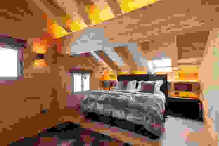 Schlafzimmer in Altholz Rustikale Schlafzimmer von RH-Design Innenausbau, Möbel und Küchenbau Aarau Rustikal Holz Holznachbildung