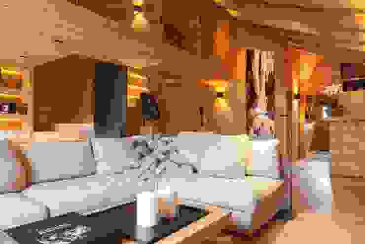 Wohnbereich mit Sitzgruppe Rustikale Wohnzimmer von RH-Design Innenausbau, Möbel und Küchenbau Aarau Rustikal Holz Holznachbildung