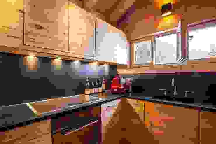 Küche in Altholz von RH-Design Innenausbau, Möbel und Küchenbau Aarau Rustikal Holzwerkstoff Transparent