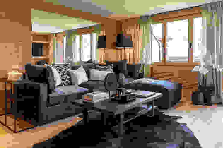 Wohnbereich mit Wandspiegel/Holz gebürstet:  Wohnzimmer von RH-Design Innenausbau, Möbel und Küchenbau Aarau,