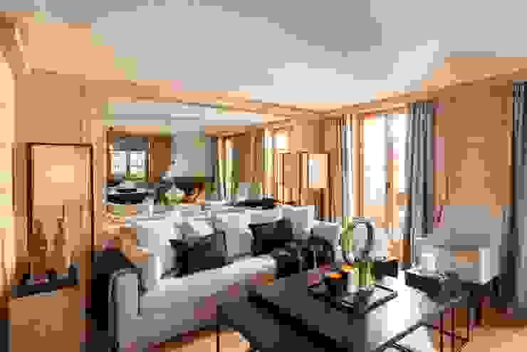 Wohnbereich mit Wandspiegeln :  Wohnzimmer von RH-Design Innenausbau, Möbel und Küchenbau Aarau,