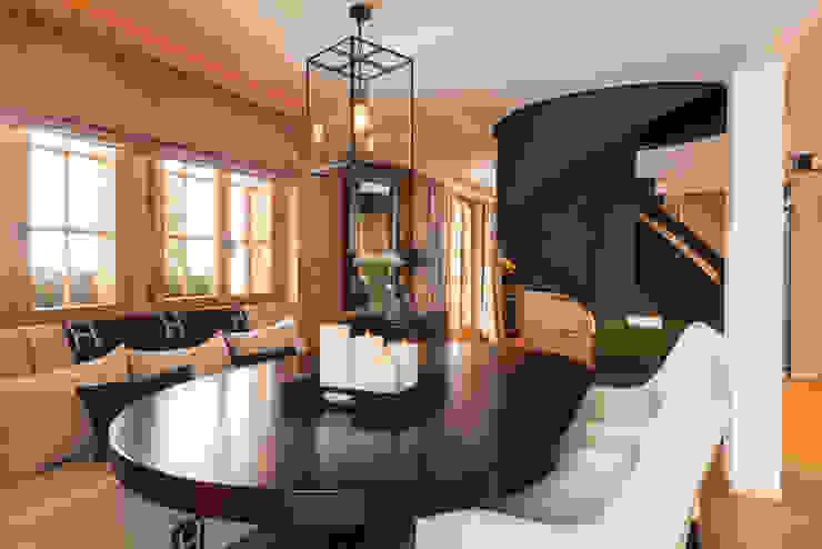 Wohnbereich mit Wendeltreppe:  Wohnzimmer von RH-Design Innenausbau, Möbel und Küchenbau Aarau,