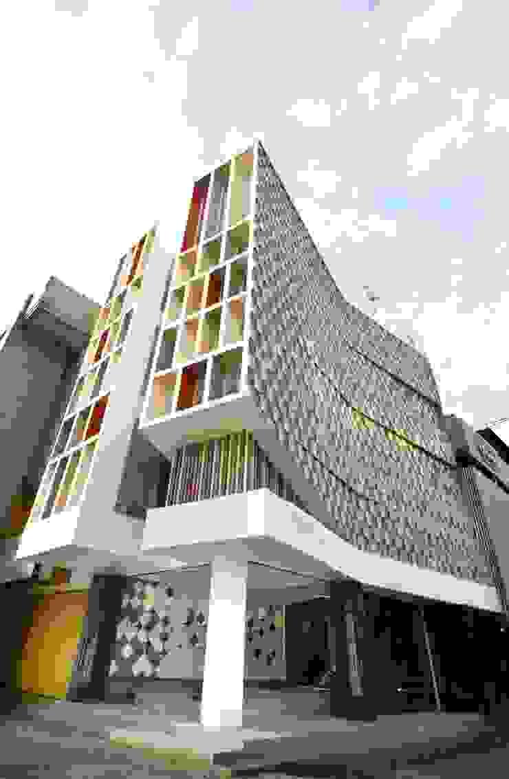 Exterior - Day View Kantor & Toko Modern Oleh PHL Architects Modern
