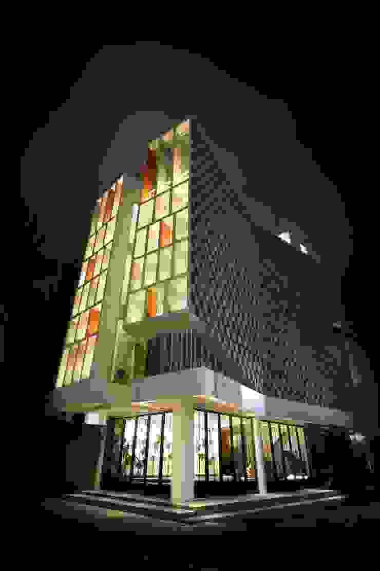 Exterior -Night View Kantor & Toko Modern Oleh PHL Architects Modern