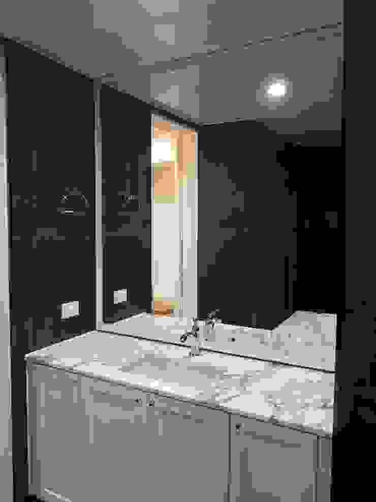 엔틱한 분위기의 펜트하우스 아파트인테리어 스칸디나비아 욕실 by 주식회사 큰깃 북유럽