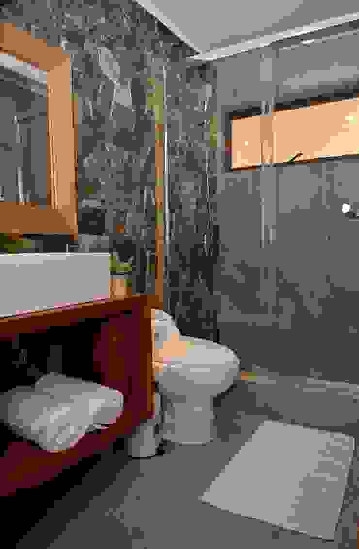 モダンスタイルの お風呂 の KIMCHE ARQUITECTOS モダン 石
