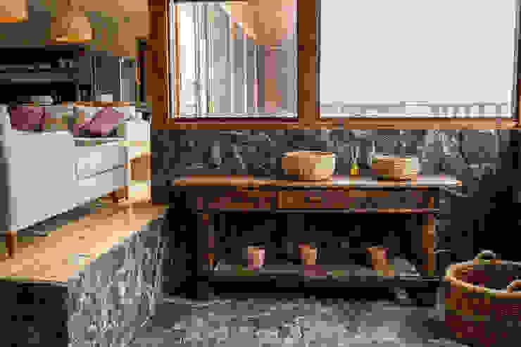 モダンスタイルの 玄関&廊下&階段 の KIMCHE ARQUITECTOS モダン 石