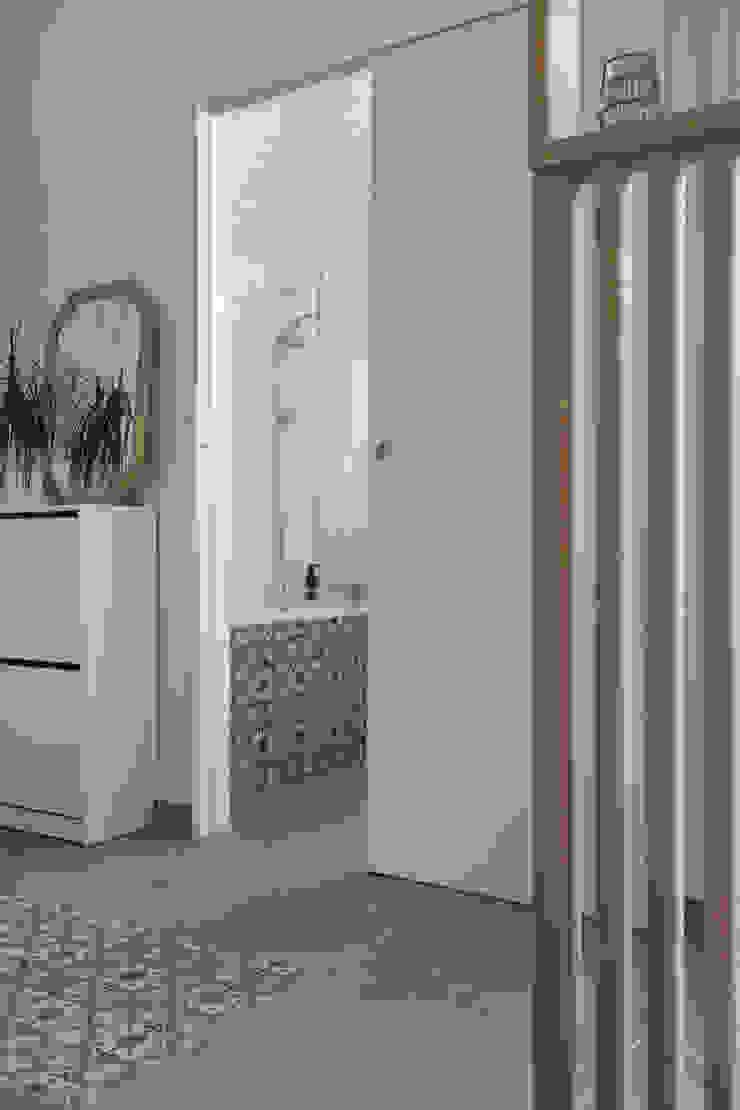 Chez Sophie et Morgan Couloir, entrée, escaliers modernes par Camille BASSE, Architecte d'intérieur Moderne