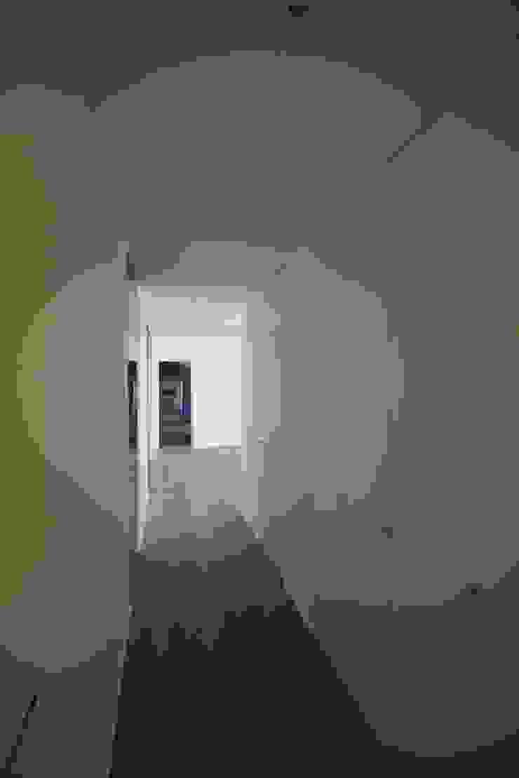 Moderner Flur, Diele & Treppenhaus von Giuseppe Rappa & Angelo M. Castiglione Modern Holz Holznachbildung