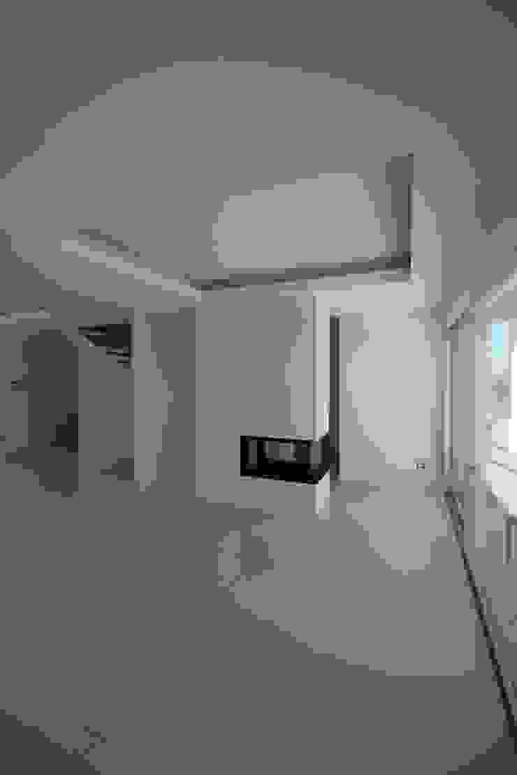 Salas de estilo moderno de Giuseppe Rappa & Angelo M. Castiglione Moderno Cerámico