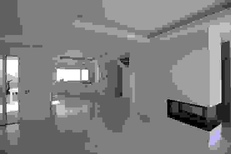 Salones de estilo moderno de Giuseppe Rappa & Angelo M. Castiglione Moderno Cerámico