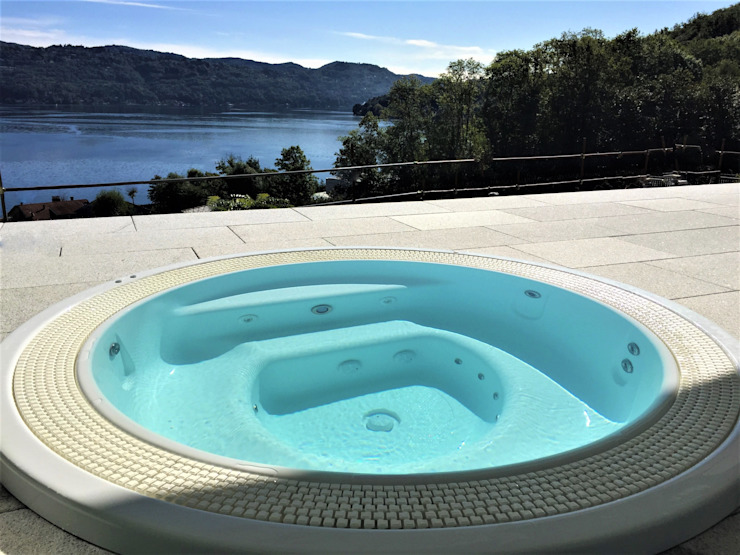 Vasca idromassaggio Lago d'Orta: Vasche idromassaggio in stile  di Mirani Sas, Classico