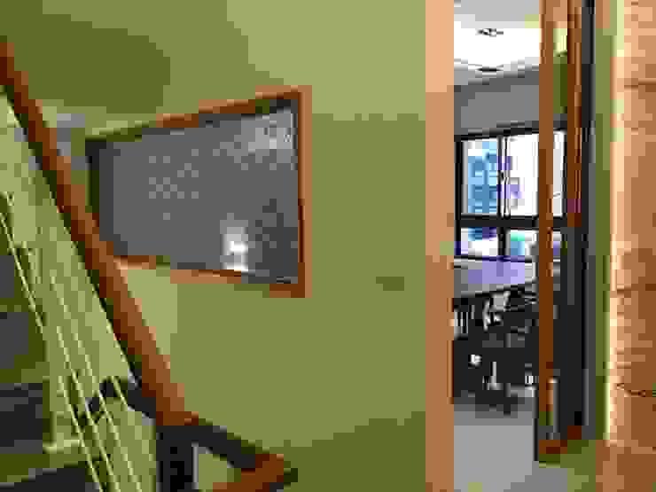 從1樓上2樓看到的端景,此面用木作埋框崁夾紗玻璃點景 現代風玄關、走廊與階梯 根據 台中室內設計裝修|心之所向設計美學工作室 現代風