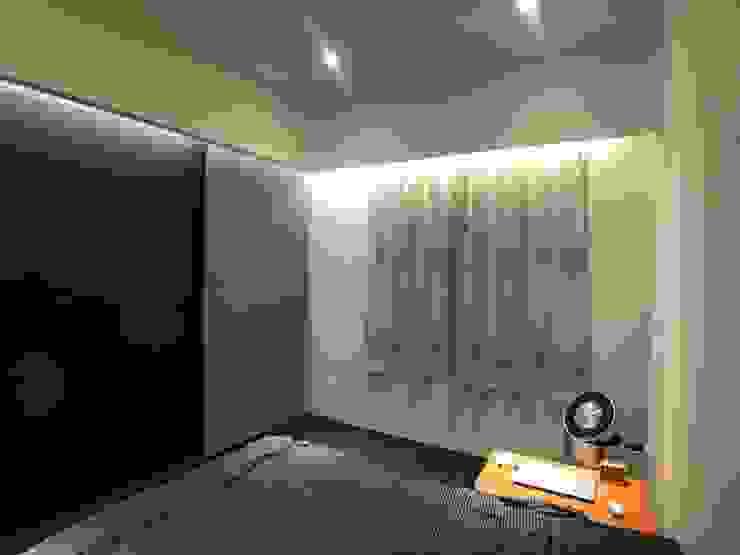 主臥電視牆用捲簾遮住廁所門片 台中室內設計裝修|心之所向設計美學工作室 臥室