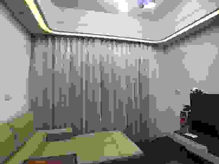 客廳落地窗_窗簾使用兩種材質銜接 台中室內設計裝修|心之所向設計美學工作室 现代客厅設計點子、靈感 & 圖片