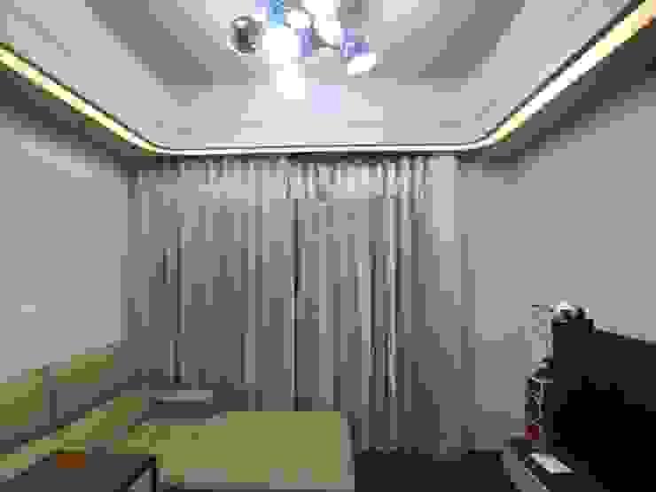 客廳落地窗_窗簾使用兩種材質銜接_更有立體感 台中室內設計裝修|心之所向設計美學工作室 现代客厅設計點子、靈感 & 圖片