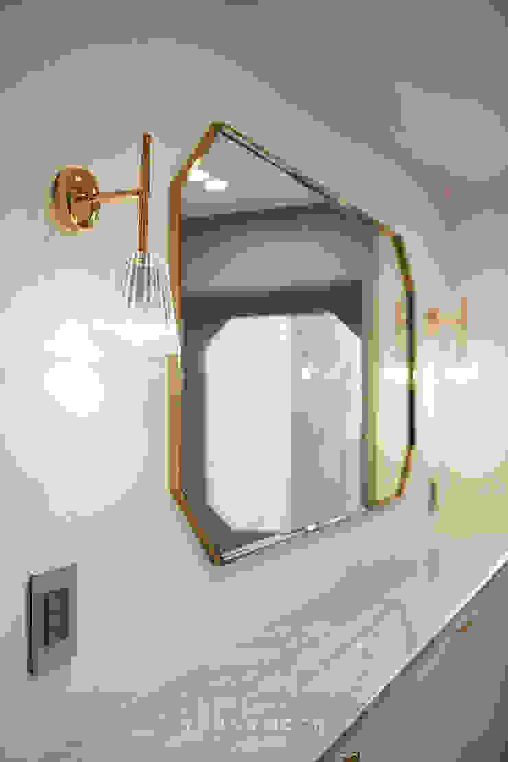50평형 잠실트리지움 아파트인테리어 _ 파스텔톤의 포인트 컬러로 꾸며진 러블리 하우스 모던스타일 복도, 현관 & 계단 by 영훈디자인 모던