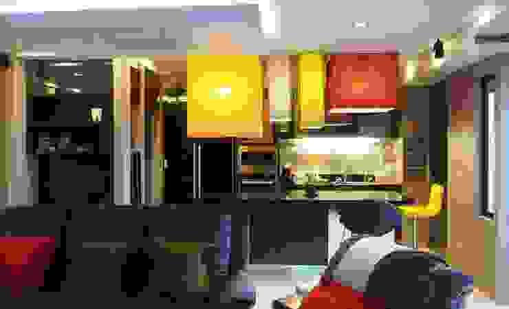 Phayatai Plaza Condominium Modern Kitchen by UpMedio Design Modern