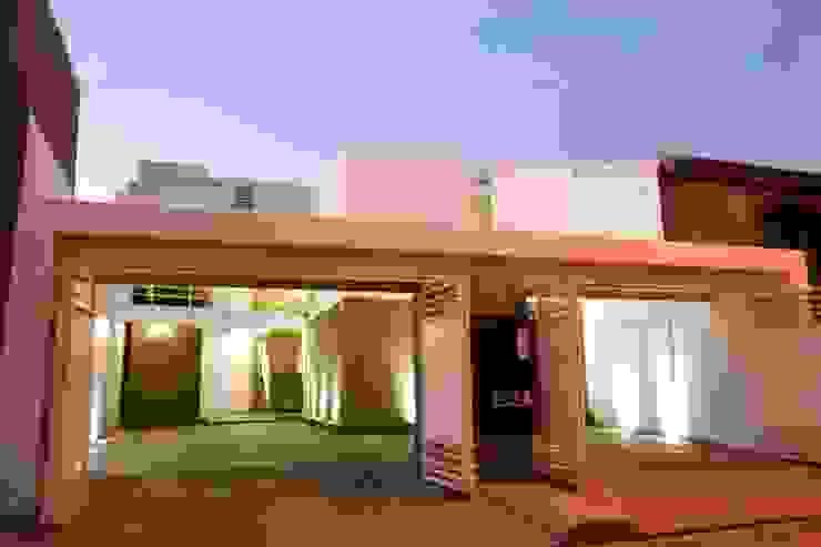 Puertas de entrada de estilo  por CREA arquitectos,