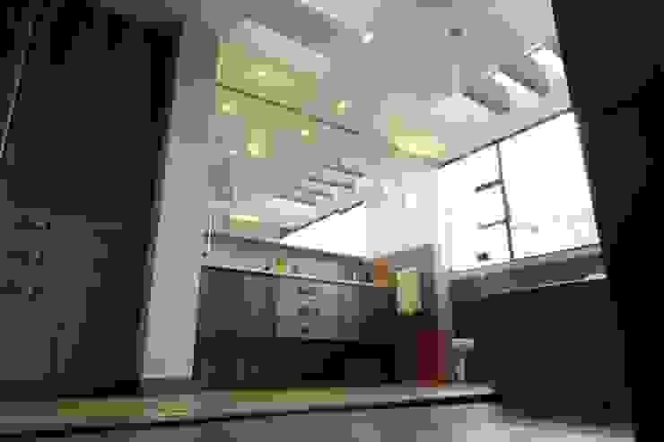 Casa VM Carpinteria Arquitectonica Baños de estilo moderno de Intrazzo Mobiliairo Moderno Madera Acabado en madera