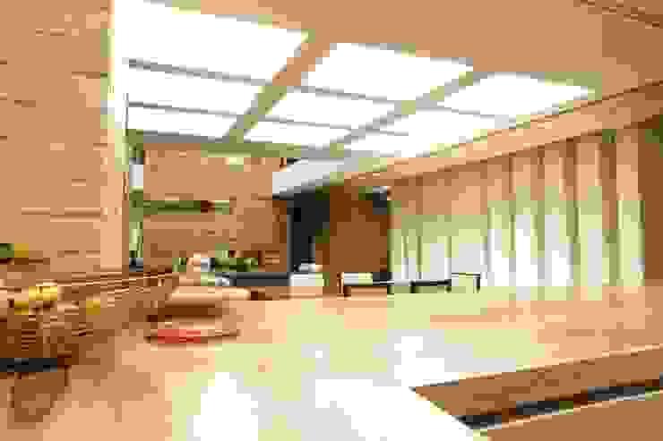 Casa VM Carpinteria Arquitectonica Cocinas modernas de Intrazzo Mobiliairo Moderno Madera maciza Multicolor