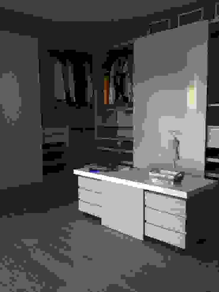 Casa de Campo Llano Grande Vestidores de estilo minimalista de Intrazzo Mobiliairo Minimalista Aglomerado