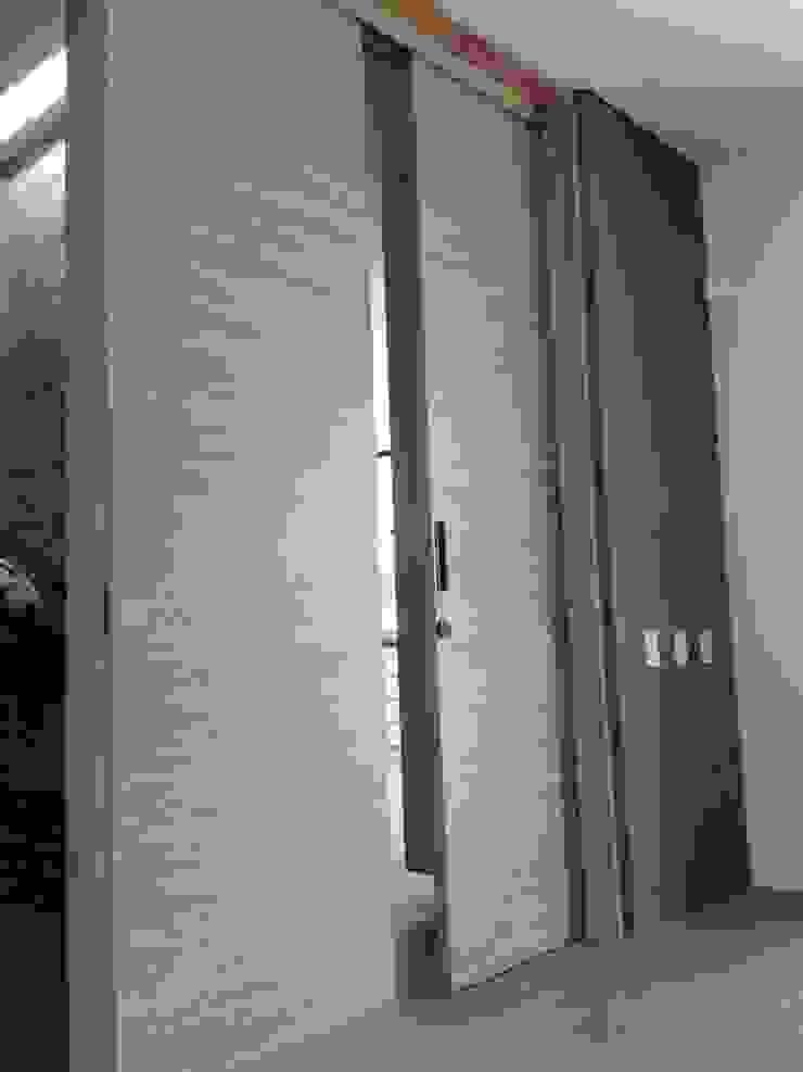 Casa de Campo Llano Grande Puertas de estilo minimalista de Intrazzo Mobiliairo Minimalista Aglomerado